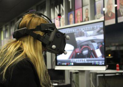 Eine Besucherin der User Experience testet eine VR-Brille.