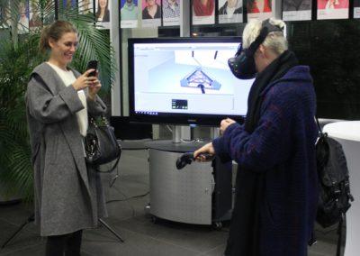 Besucherinnen der User Experience Conference testen eine Virtual Reality-Brille.