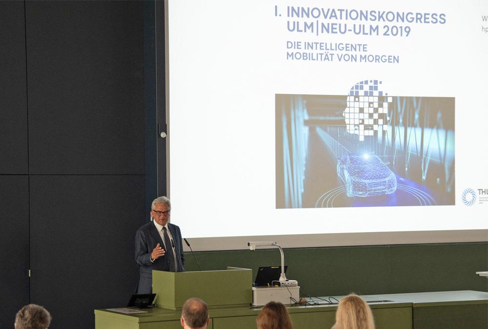 Ulms OB Gunter Czisch begrüßt die Teilnehmenden des Innovationskongresses.