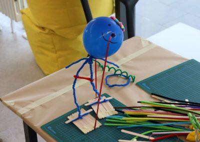 Prototyp eines jungen Besuchers aus Luftballon, Pfeifenputzern und Eis-Stäbchen.