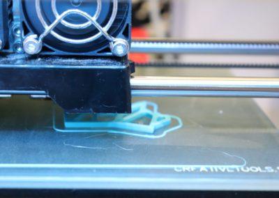 Im 3D-Drucker des Logistiklabors wird eine Figur des InnoSÜD-Löwen angefertigt.