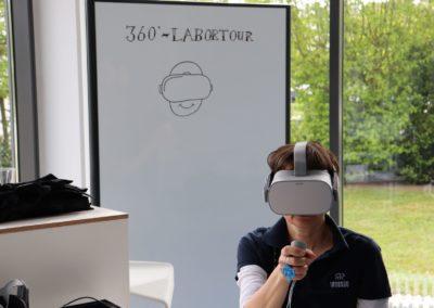 Besucherin mit VR-Brille bei der 360°-Labortour.