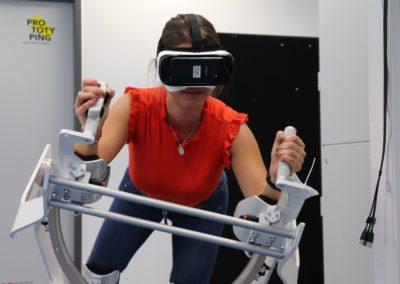 Besucherin im Flugsimulator mit VR-Brille.