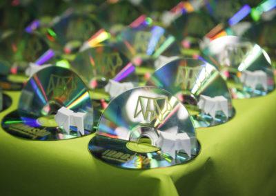 Upcycling-Geschenk für die Podiumsgäste: Aus alten CDs werden Trophäen.