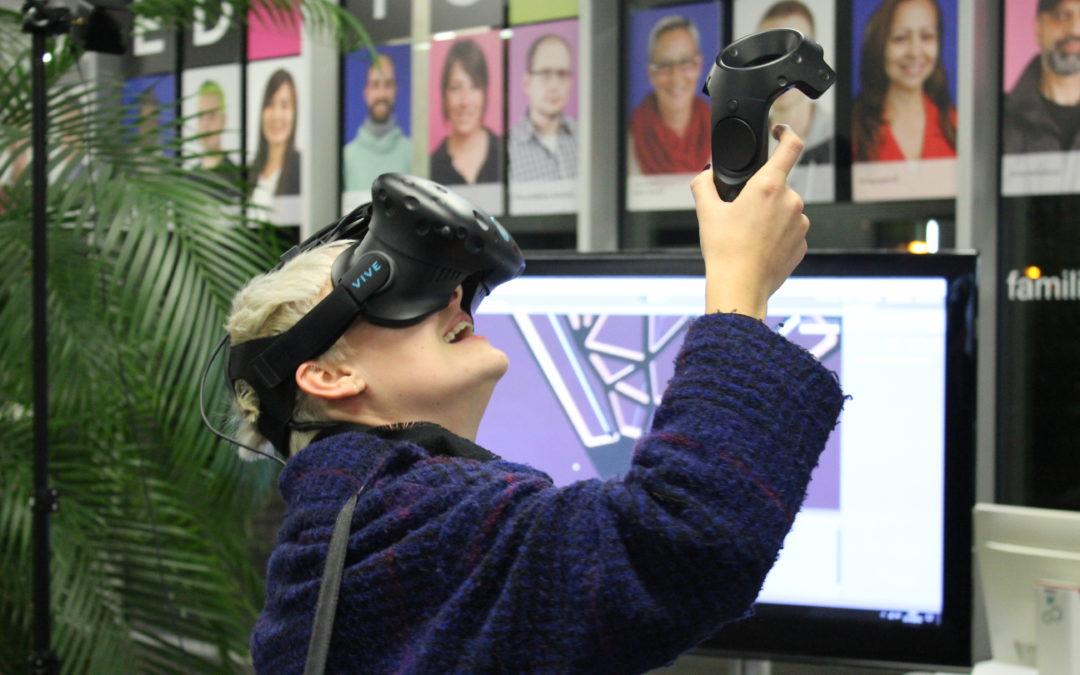 Junge Frau beim Ausprobieren einer Virtual Reality-Brille