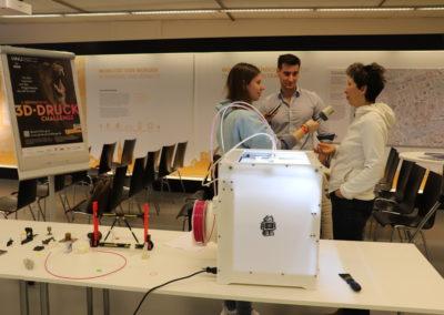 Dr. Galiya Klinkova und Fabian Frommer aus dem Logistik Labor der Hochschule Neu-Ulm brachten einen 3D-Drucker mit und informierten über die Potenziale des 3D-Drucks. Auch das Radio berichtete.