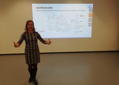 Prof. Dr. Heike Frühwirth von der Hochschule Biberach zeigte, wie aus Abfallprodukten der Papierproduktion der Aromastoff Vanillin gewonnen werden kann.