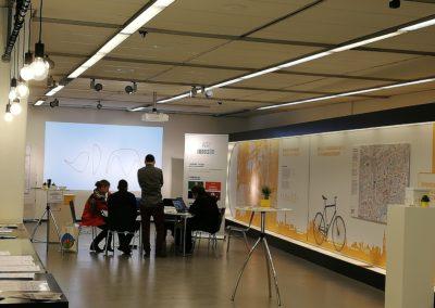 Laurens Bortfeldt von der Hochschule Biberach lud Besucher*innen ein, Beim Spielen des Computerspiels Ecopolicy die Komplexität klimapolitischer Entscheidungen zu erleben.