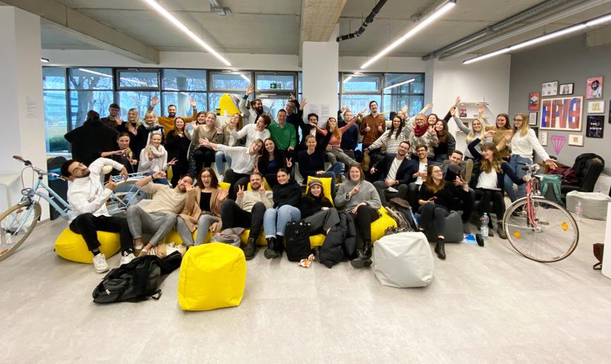 Gruppenfoto von Studierenden mit Fahrrädern im Innovation Space.