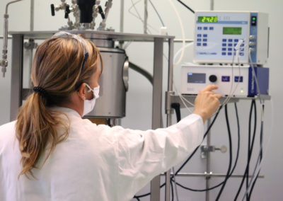 Prof. Frühwirth beim 1. Testlauf des neu aufgebauten Hochdruckreaktors. Sie nimmt Einstellungen am Gerät vor.
