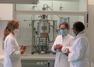 Prof. Mavoungou, Prof. Frühwirth und Dr. Bottenbruch vor der neuen Anlage.