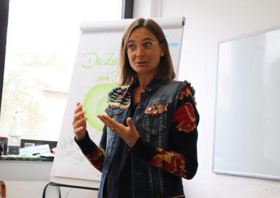 Prof. Dr. Julia Künkele begrüßt die Teilnehmerinnen.