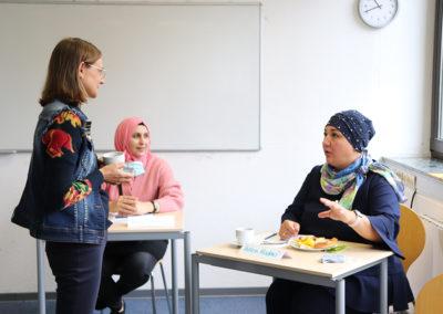 Prof. Dr. Julia Künkele, Meltem Madenci und eine Teilnehmerin im Gespräch.