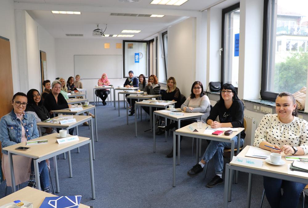 Teilnehmerinnen der Auftaktveranstaltung in einem Seminarraum am Institut für Bildung und Sprachen.