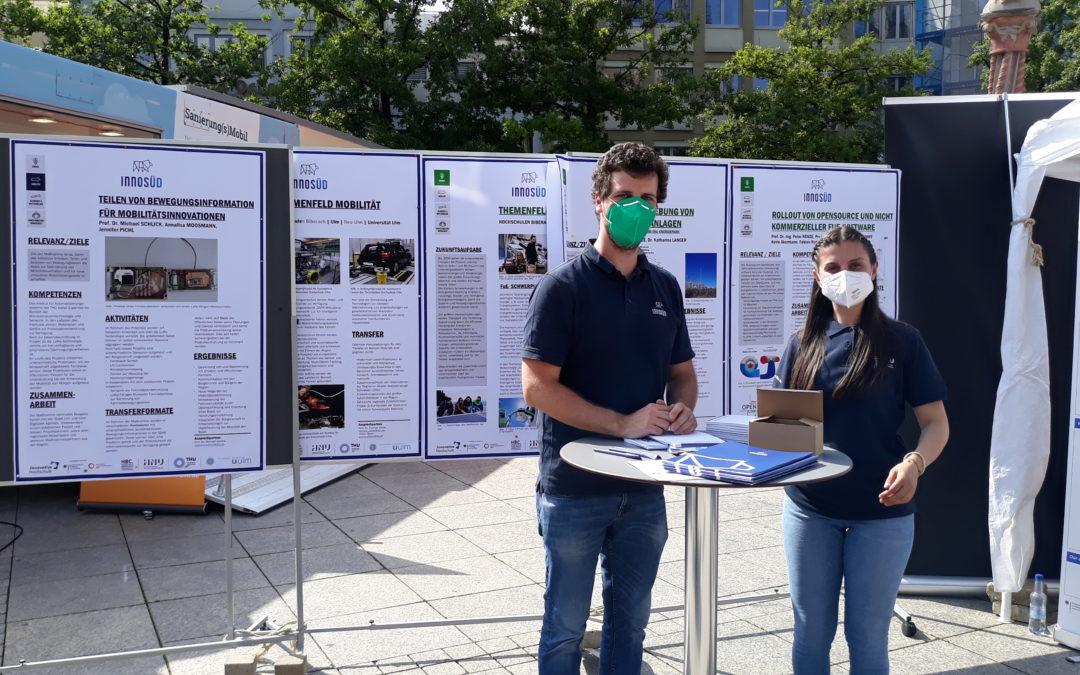 InnoSÜD-Wissenschaftler:innen zeigen am Stand verschiedene Teilprojekte. Bildquelle: Technische Hochschule Ulm
