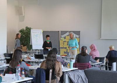 Teilnehmerinnen und Referentinnen in der Cafeteria der Hochschule Neu-Ulm
