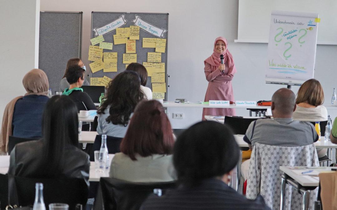 Role model Leyla Kursun berichtet beim Workshop an der Hochschule Neu-Ulm aus ihren Erfahrungen mit der Selbständigkeit.